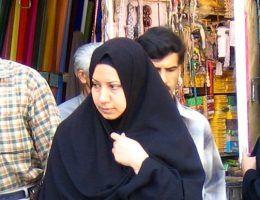W Europie i Ameryce duże kontrowersje budzi temat obowiązkowych nakryć głowy. Wśród samych Iranek zdania na temat czadoru - tradycyjnego irańskiego stroju - są podzielone. Jedne odbierają go jako niepotrzebne ograniczenie, inne - postrzegają jako cenny element tradycji (zdj. Zoom Zoom from Beijing, lic. CC BY-SA 2.0).