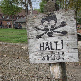 Auschwitz kojarzy się przede wszystkim z ogromnym cierpieniem. Więźniowie znajdowali jednak sposoby, by zapewnić sobie chwile wytchnienia. Na tyle, na ile pozwalały nieludzkie warunki... (fot. Antony Stanley, lic. CC BY-SA 2.0).