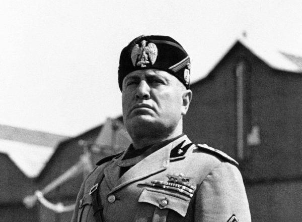Benito Mussolini podczas jednego ze swych licznych przemówień. Z jego twarzy promieniuje spokój. Wie że nic mu nie grozi, wszak kule się go nie imają (źródło: domena publiczna).