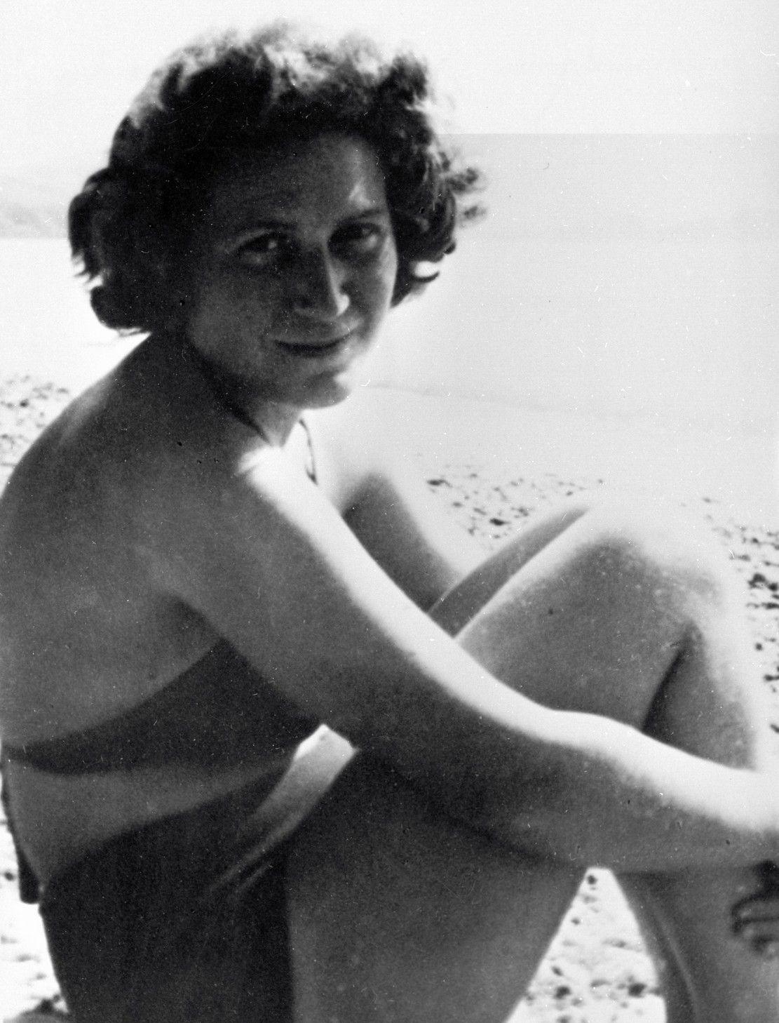 """Swietłana mimo trzech małżeństw nie znalazła prawdziwej miłości na śmierć i życie. Na zdjęciu piękna córka Stalina w 1954 roku, podczas poszukiwań męża numer trzy. Zdjęcie pochodzi z materiałów promocyjnych książki Rosemary Sullivan pod tytułem """"Córka Stalina"""" (fot. EAST NEWS/SPUTNIK)."""
