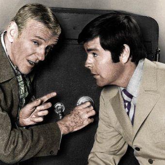 """W filmach i serialach telewizyjnych występuje wielu genialnych kasiarzy, jak choćby ci grani w latach sześćdziesiątych przez Roberta Wagnera i Freda Astaire'a w serialu """"It Takes a Thief"""". W rzeczywistości wielu rabusiów nie jest jednak aż tak sprytnych... (źródło: domena publiczna; koloryzacja Rafał Kuzak)."""