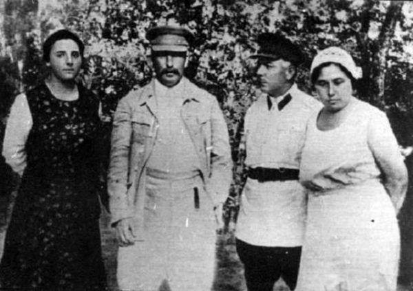 Póki Nadia żyła, dzieci miały być jej problemem. Po śmierci żony Stalin z trudem odnajdywał się w roli samotnego ojca. Na zdjęciu Nadia, jej mąż i marszałkostwo Woroszyłowie (domena publiczna).