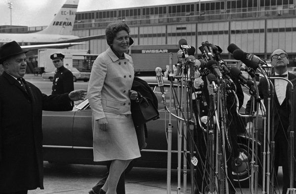 """Swietłana Alliłujewa na lotnisku Kennedy'ego w Nowym Jorku - po raz pierwszy na amerykańskiej ziemi. Zdjęcie pochodzi z materiałów promocyjnych książki Rosemary Sullivan pod tytułem """"Córka Stalina""""(fot. AP Photo)."""