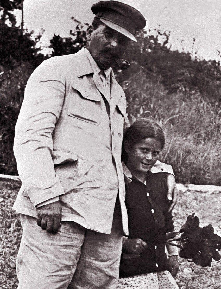 """Kochany tatuś czy krwawy dyktator? Zdjęcie pochodzi z materiałów promocyjnych książki Rosemary Sullivan pod tytułem """"Córka Stalina"""" (fot. EAST NEWS/LASKI DIFFUSION)."""