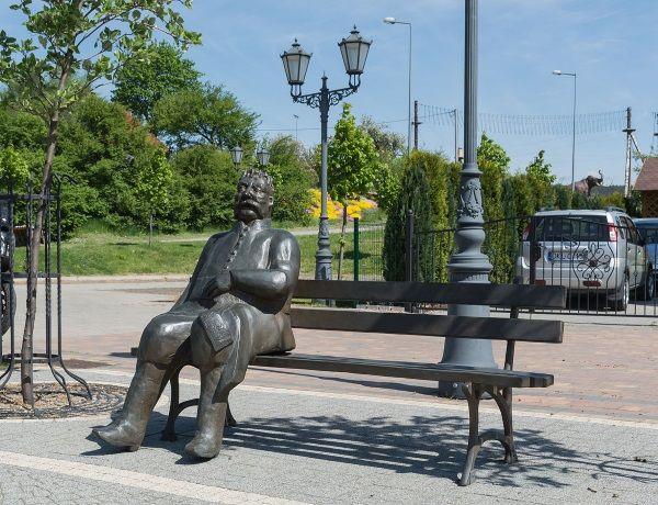 Choć Pan Zagłoba to tylko postać literacka, jest bliski sercom Polaków na tyle, że wystawili mu w Szczytnej pomnik. (zdjęcie opublikowane na licencji CCA SA 4.0, autor: Jacek Halicki).