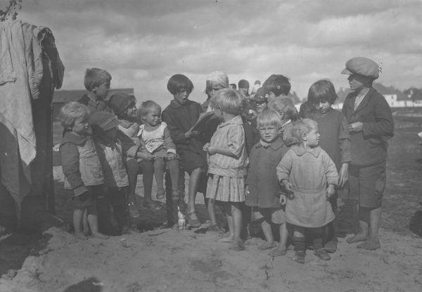 W międzywojniu na Żoliborzu było wielu bezdomnych. Bohater książki Czarny charakter Łukasza Stachniaka, choć był dzieckiem wychowanym w przedwojennej stolicy, nie cierpiał aż takiej biedy (źródło: domena publiczna).