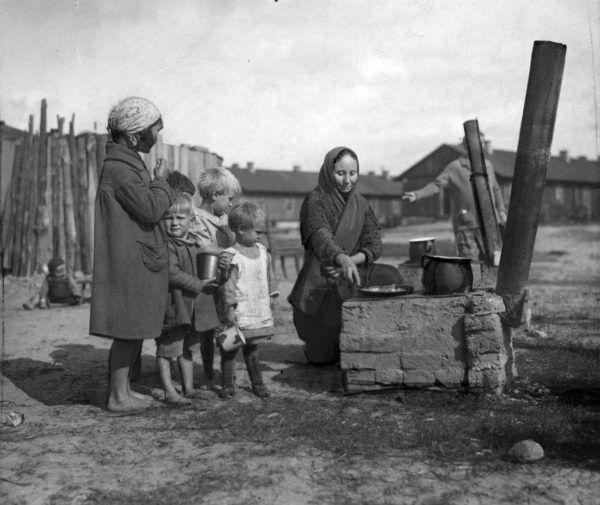 Trudno uwierzyć, że tak kiedyś żyli bezrobotni mieszkańcy warszawskiego Żoliborza (źródło: domena publiczna).