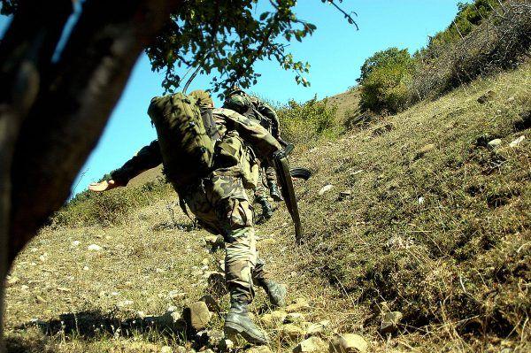 Ważnym punktem rekrutacyjnym jest też Gruzja, gdzie w górach bywają wioski niemal całkowicie opuszczone. Mieszkańcy poszli na dżihad. Na tym zdjęciu gruziński żołnierz w 2004 roku idzie ścieżką w Osetii Południowej (fot. Jonathan Alpeyrie, lic. CC BY-SA 3.0).