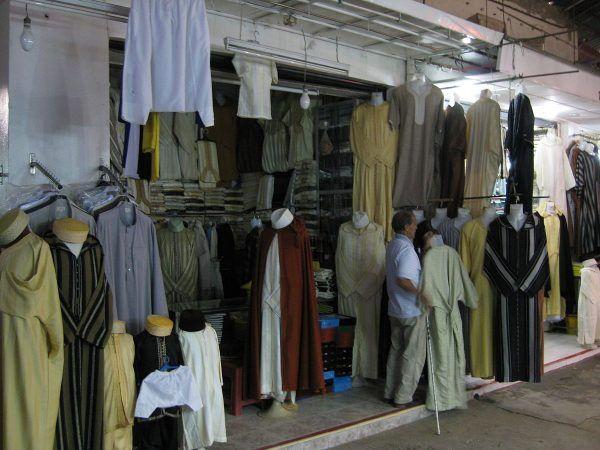 Co powinna mieć przyszła dżihadystka pod dżelabą? Na przykład pas od pończoch... Na zdjęciu marokański stragan z dżelabami i innymi tradycyjnymi strojami (fot. Sir James, lic. CC BY 4.0).