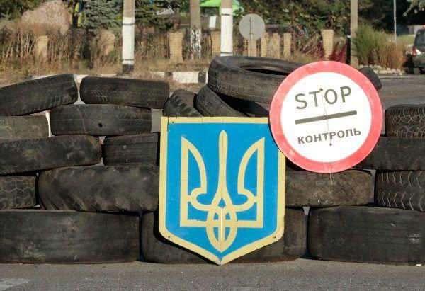 """""""Ukraina to jeden z najbardziej skorumpowanych, zdezorganizowanych i zdewastowanych krajów na świecie"""", a do tego pogrążonych w wojnie z Rosją. Nic dziwnego, że ciągnie tam islamskich bojowników. Na zdjęciu punkt kontrolny w Donbasie w 2014 roku (fot. ВО «Свобода», lic. CC BY 3.0)."""