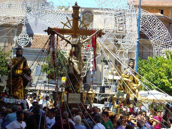 Religijność Sycylijczyków wyraża się między innymi w uczestnictwie w bogato oprawianych procesjach religijnych. Nikomu nie przeszkadza, że święte figury niemal zawsze noszą członkowie mafii, a uroczystości są zwykle finansowane z mafijnych pieniędzy. Na zdjęciu procesja w sycylijskim Galati Mamertino (fot. Kyioko, lic. CC BY-SA 4.0).