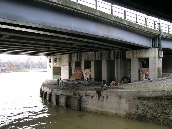 Paryscy bezdomni koczujący pod mostem Morland. Wśród nich pewnie znalazłby się i taki, który jeszcze pamięta syna środkowoafrykańskiego cesarza (fot. Dominique Antony, lic. CC BY-SA 1.0).