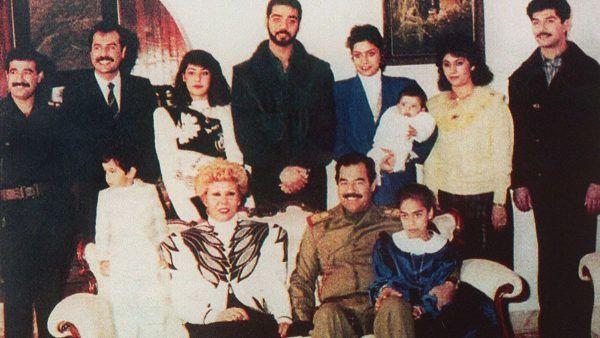 Szczęśliwa rodzinka Saddama Husajna? Chyba tylko na zdjęciu. Pośrodku stoi bowiem Udajj, a pierwszy z prawej - Kusajj (fot. Iraqi State Television, lic. domena publiczna).