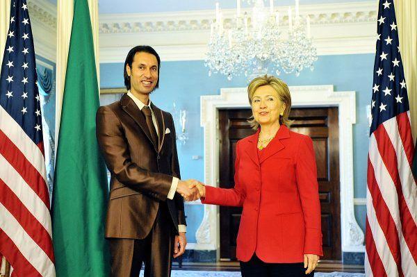 Libijski Doradca ds. Bezpieczeństwa Narodowego Al-Mutasim Al-Kaddafi z ówczesną amerykańską Sekretarz Stanu Hillary Clinton. Zginął zaledwie 2 lata później (fot. U.S. Department of State, domena publiczna).