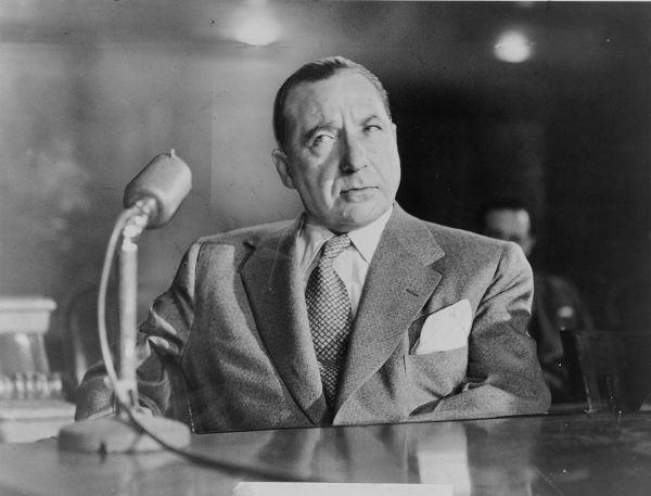 Postać Vita Corleone wzorowana była na prawdziwych mafijnych przywódcach. Jednym z pierwowzorów filmowego ojca chrzestnego był widoczny na zdjęciu Frank Costello (źródło: domena publiczna).