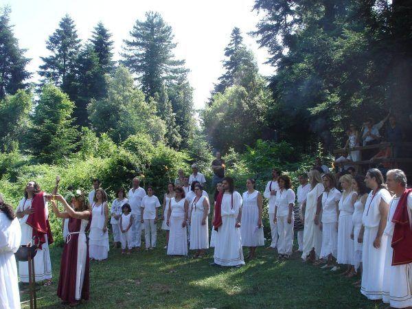 W ostatnich dekadach odradza się zainteresowanie wierzeniami przedchrześcijańskimi. Odżyła też... religia starożytnej Grecji. Na zdjęciu jeden z helleńskich rytuałów, rok 2007 (zdj. YSEE, lic. CC BY 2.0).