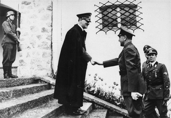 Przywódca Niepodległego Państwa Chorwackiego Ante Pavelić wita się z Adolfem Hitlerem (źródło: United States Holocaust Memorial Museum; lic. domena publiczna).