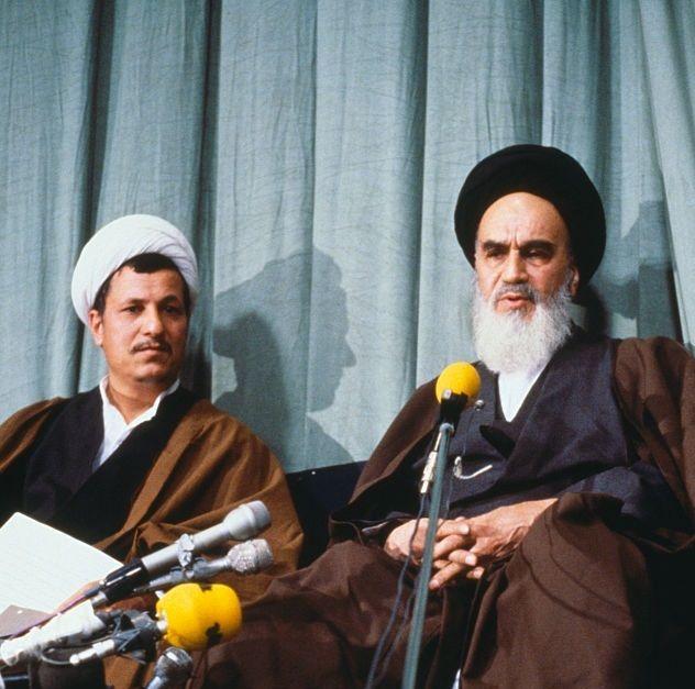 W Iranie prawo aborcyjne zaostrzyło się po obaleniu reżimu szacha Rezy Pahlawiego i nadejściu Islamskiej Republiki Iranu w 1979 roku, w wyniku rewolucji, na której czele stanął ajatollah Ruhollah Chomeini (źródło: domena publiczna).
