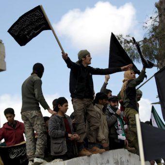 Członkowie Frontu An-Nusra, syryjskiej siatki Al-Kaidy, podczas protestów antyrządowych w 2016 roku (fot. Voice of America, lic. CC BY 3.0).