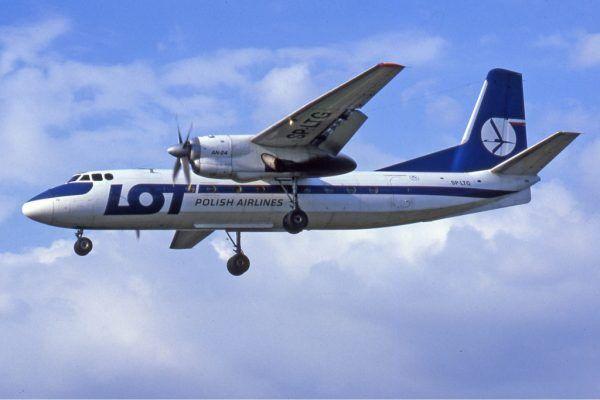 W latach 70. i 80. lotnisko Tempelhof stało się częstym celem porywanych przez Polaków samolotów. Na zdjęciu lądowanie, porwanego 30 kwietnia 1982, należącego do LOT-u roku Antonowa An-24 (fot. Ralf Manteufel; lic. GFDL 1.2).