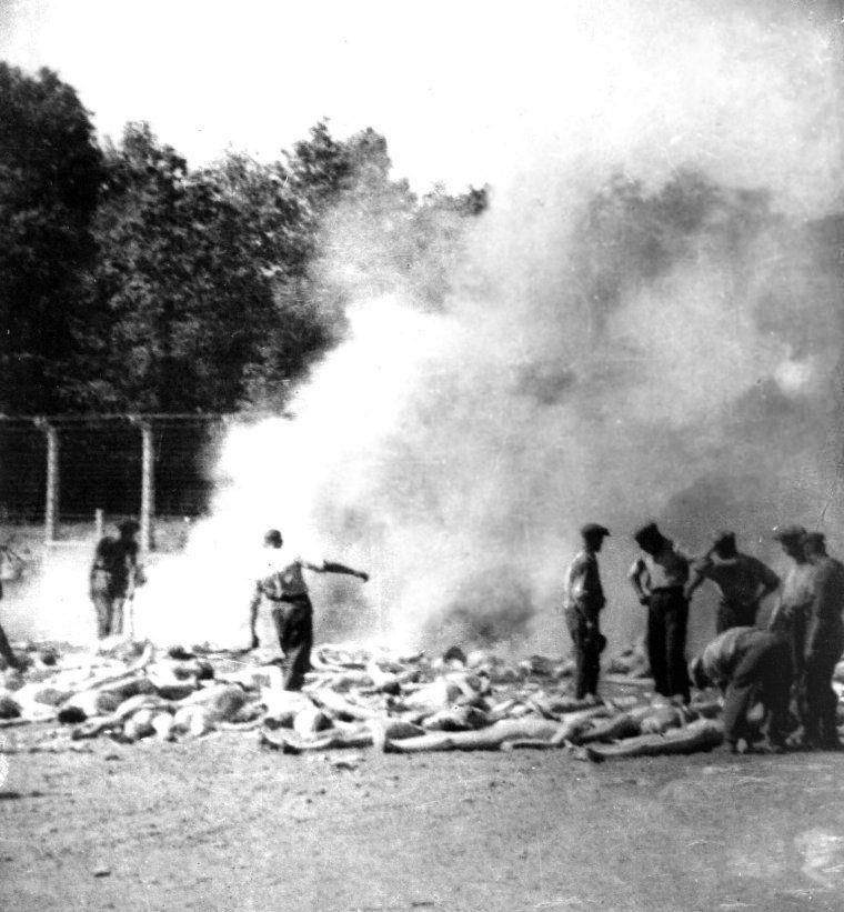 Członkowie Sonderkommando zajmowali się między innymi paleniem zwłok zamordowanych więźniów obozu (źródło: domena publiczna).