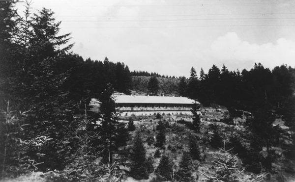 Jedno z niewielu zachowanych zdjęć ośrodka Solahütte pochodzi z albumu Karla-Friedricha Höckera (źródło: domena publiczna).