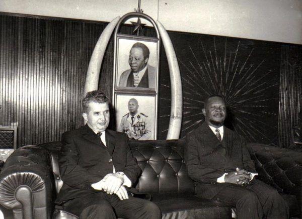 Wyprawy zagraniczne były dla Bokassy okazją do znajdowania kolejnych żon. Jego syn Saint-Cyr odziedziczył po ojcu nieposkromiony apetyt na kobiety. Na zdjęciu środkowoafrykański dyktator ze swym rumuńskim odpowiednikiem Nicolae Ceausescu (źródło: Institutul de Investigare a Crimelor Comunismului în România).