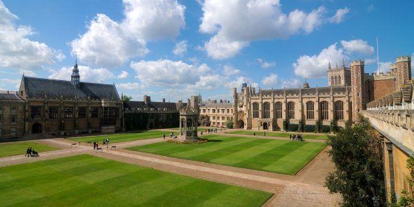"""Najgroźniejszą siatkę szpiegowską na terenie Wielkiej Brytanii Sowieci zwerbowali... spośród studentów uniwersytetu w Cambridge. Na zdjęciu Trinity College, gdzie studiował Kim Philby, jeden z czonków """"piątki z Cambridge"""" (zdj. Cmglee, lic. CC BY-SA 3.0)."""