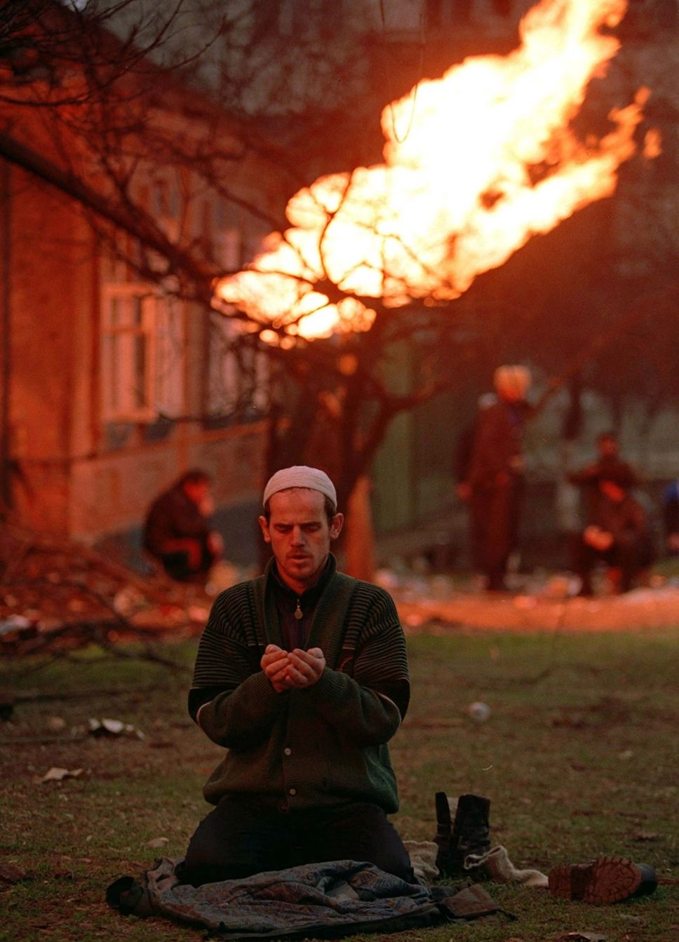 Czeczeńcy, sfrustrowani dwiema nieudanymi wojnami o niepodległość przeciw Rosji, chętnie stają po stronie ISIS i są cenionymi bojownikami. Na zdjęciu modlitwa Czeczena podczas bitwy o Grozny (fot. Mikhail Evstafiev, lic. CC BY-SA 3.0).