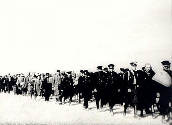 """Polscy policjanci oraz cywilni """"wrogowie ludu"""" aresztowani przez NKWD we wrześniu 1939 roku (źródło: domena publiczna)."""