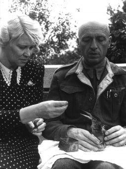 Dyrektor warszawskiego zoo Jan Żabiński z żoną Antoniną nie bali się pomagać w czasie wojny . Ich historia została dokładnie opisana w książce Azyl. Opowieść o Żydach ukrywanych w warszawskim ZOO (Świat Książki 2017).