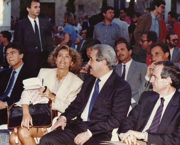 Mafia traktowana jest na południu Włoch, jak gdzie indziej traktowane jest państwo. W związku z tym może skazać na śmierć każdego swojego wroga - nawet policjantów i sędziów. W centrum zdjęcia jeden z nich - nieprzekupny sędzia Giovanni Falcone (fot. Albertocardillo, lic. CC BY-SA 4.0).