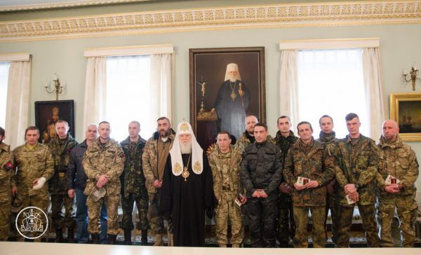 Ochotnicze oddziały Prawego Sektora z chęcią współdziałają z czeczeńskimi siłami. Zdjęcie z wizyty w batalionie patriarchy Filareta (źródło: Kijowski Patriarchat, domena publiczna).