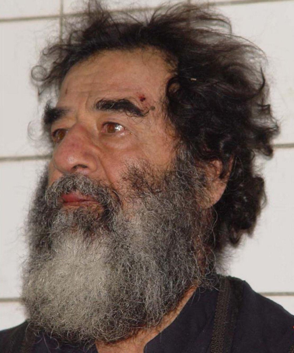 Saddam Hussajn wkrótce po schwytaniu przez amerykańskich żołnierzy w grudniu 2003 roku. Jego synowie nie pozwolili wziąć się żywcem (fot. U.S. Navy, domena publiczna).