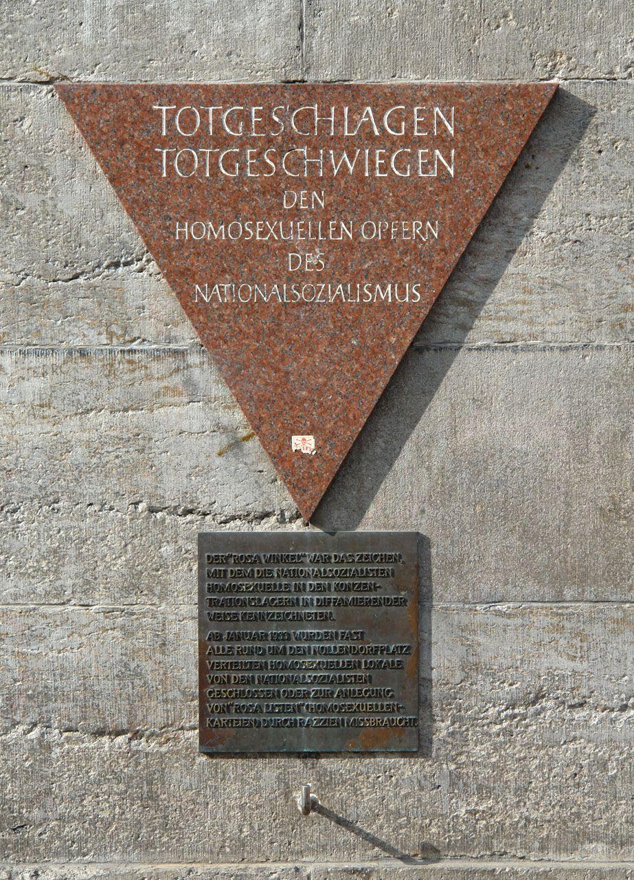 Do Auschwitz trafiło 97 homoseksualistów. Wyzwolenia doczekał tylko jeden. Na zdjęciu berlińska tablica upamiętniająca ofiary spod znaku różowego trójkąta - takie było oznaczenie homoseksualistów w obozach (zdj. Michael F. Mehnert, lic. CC BY-SA 3.0).