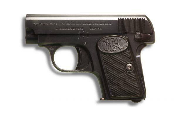 Popularny w międzywojniu pistolet typu browning często służył do niecnych celów (źródło: Henri Guisan, CC BY-SA 2.0 FR).