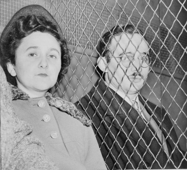 Radziecki wywiad był zainteresowany amerykańskimi badaniami nad bronią jądrową. Informacje na ten temat pozyskiwali przez siatkę szpiegowską, na czele której stali Ethel i Julis Rosenbergowie (zdj.). Po wpadce zostali oni skazani na śmierć, niektórym ich współpracownikom udało im się jednak uciec (źródło: domena publiczna).