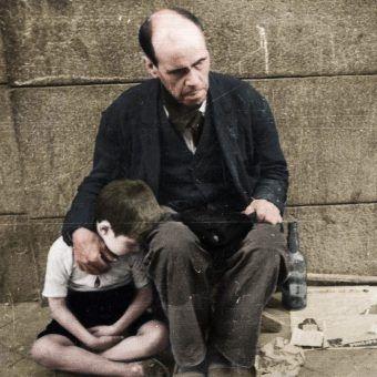 Widok skrajnej biedy na ulicach międzywojennej Warszawy był codziennością (źródło: domena publiczna; koloryzacja: Rafał Kuzak).