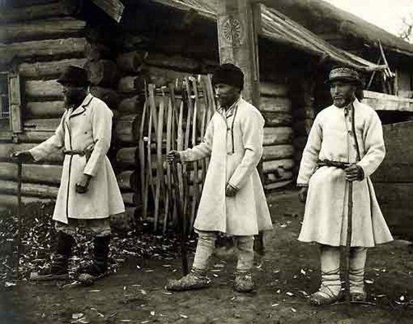 Wierzenia Maryjczyków oparły się wpływom tak chrześcijaństwa, jak i komunizmu. Na zdjęciu maryjscy kapłani około 1930 roku (źródło: domena publiczna).