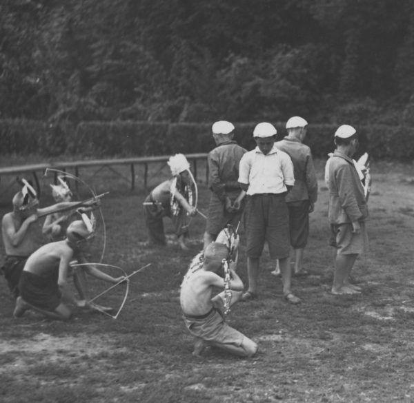 Na tym zdjęciu z półkolonii dla ubogich warszawiaków z 1936 roku dzieci tylko bawią się w zabijanie. Niestety czasem jeden nieletni likwidował drugiego i to w sposób bardzo brutalny (źródło: domena publiczna).
