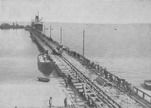 """Legendarny eksport skandynawski okazuje się być tylko legendą. Na zdjęciu pierwszy statek oceaniczny, który zawinął do portu w Gdyni 13 sierpnia 1923 roku (""""Tygodnik Ilustrowany"""", domena publiczna)."""