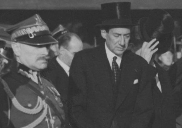 W latach 30. w rozmowach z przedstawicielami żydowskich organizacji niepodległościowych brali udział politycy najwyższego szczebla. Nie zabrakło wśród nich premiera Składkowskiego (pierwszy po lewej w mundurze) i ministra Becka (źródło: domena publiczna).