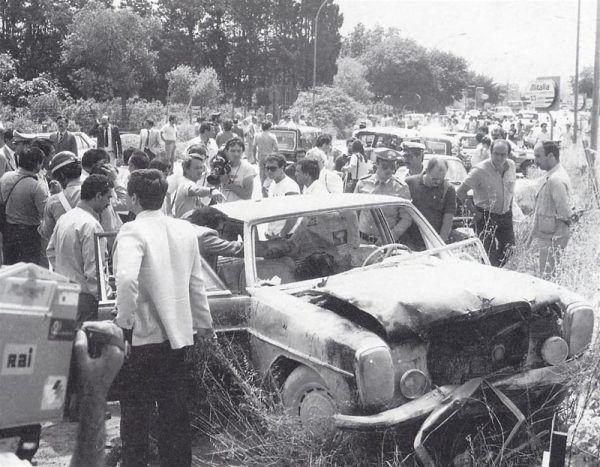 """Zadarłeś z mafią? Jeśli tak, to podłożenie bomby pod samochód to jedna z """"przyjemnych"""" rzeczy, jakie Cię czekają. Być może ostatnia w życiu... Zdjęcie z zamachu mafijnego w Palermo z 1982 roku (domena publiczna)."""