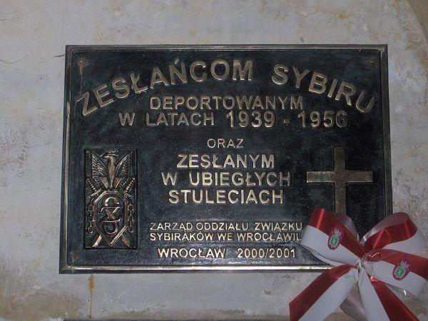 Próba weryfikacji liczby deportowanych wzbudziła silne protesty w środowisku Sybiraków. Na zdjęciu tablica poświęcona Zesłańcom Sybiru wmurowana we wrocławskiej bazylice św. Elżbiety (fot. Poznaniak1975; lic. CC BY 3.0).