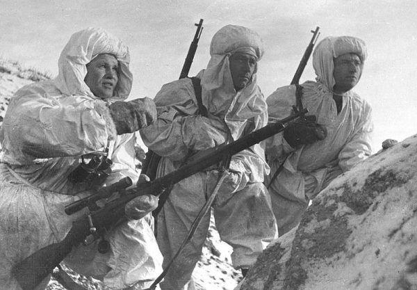 Wasilij Zajcew (pierwszy od lewej) łowcą skalpów? (źródło: domena publiczna).