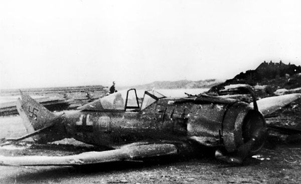 Zestrzelony Focke-Wulf FW 190. Właśnie taka maszyna miała być pięćsetną zdobyczą polskich lotników w trakcie II wojny światowej.