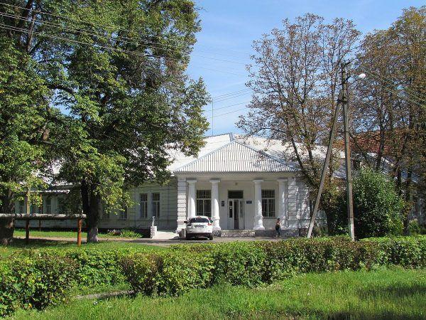 Opuszczony szpital psychiatryczny otoczony sporym parkiem to świetna lokalizacja na oddział dżihadystów. Na zdjęciu budynek kompleksu szpitalnego w Połtawie (fot. Vlad2003, lic. CC BY-SA 3.0).