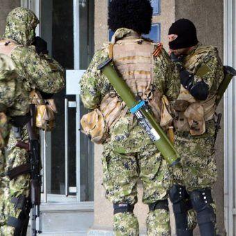 Rebelianci w donbaskim Słowiańsku w 2014 roku (fot. Євген Насадюк, lic. CC BY-SA 3.0).