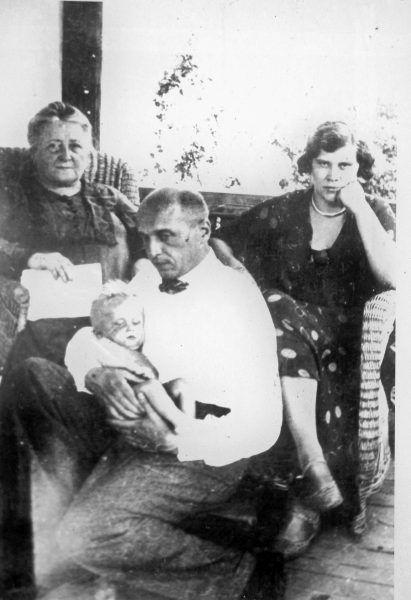 W organizowaniu pomocy Żydom Janowi Żabińskiego wspierała żona Antonina (na zdjęciu za mężem, z prawej).