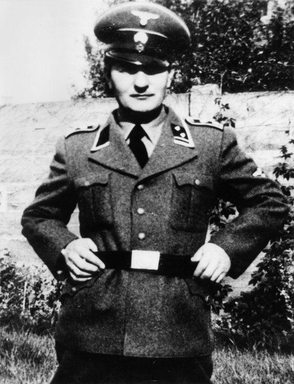 Po agresji Związku Radzieckiego na Polskę Menten szybko nawiązał współpracę z nazistami. Zdjęcie z roku 1941.